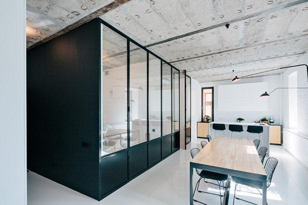 Industriefenster -Look: Trennwände aus Schwarzstahl und Glas im Trend