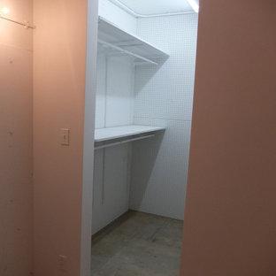 Foto på ett litet funkis walk-in-closet för könsneutrala, med betonggolv