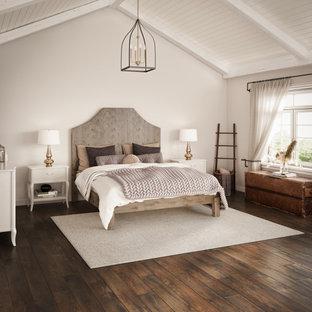 リトルロックの広いシャビーシック調のおしゃれな主寝室 (ベージュの壁、濃色無垢フローリング、暖炉なし、茶色い床、表し梁) のインテリア