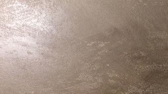 Detailaufnahme der Kalkputztechnik in einem wohlig warmen Braun: