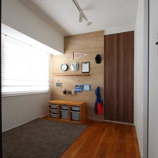 東京23区の中サイズの男の子用モダンスタイルの子供部屋の画像 (マルチカラーの壁、塗装フローリング、幼児向け、茶色い床)