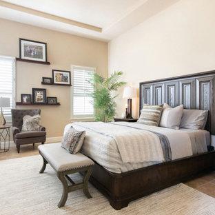 Modernes Hauptschlafzimmer mit Keramikboden und eingelassener Decke in Austin