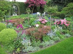 Spiegel Im Garten ein spiegel im garten perfekt als deko für kleine gärten