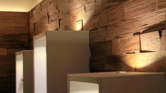 Wohnzimmer mit Wandverkleidung in Spaltholz Eiche