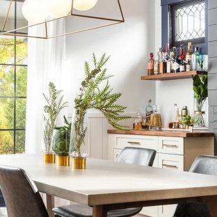 デンバーの広いトランジショナルスタイルのおしゃれなキッチン (エプロンフロントシンク、シェーカースタイル扉のキャビネット、白いキャビネット、木材カウンター、グレーのキッチンパネル、磁器タイルのキッチンパネル、白い調理設備、無垢フローリング、茶色い床、茶色いキッチンカウンター、折り上げ天井) の写真