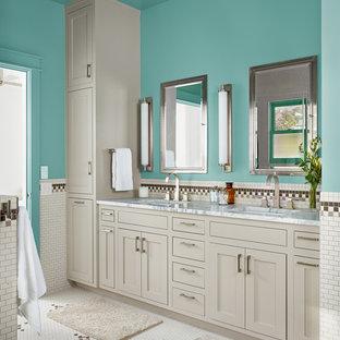 Foto di una stanza da bagno country con lavabo sottopiano, ante in stile shaker, ante grigie, vasca freestanding, piastrelle a mosaico, pareti blu e piastrelle bianche