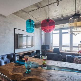 Foto di un piccolo soggiorno industriale chiuso con angolo bar, pareti grigie, pavimento in laminato, TV a parete e pavimento marrone