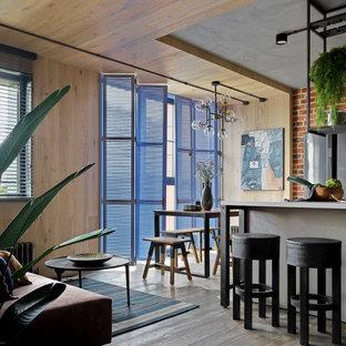 Immagine di una sala da pranzo aperta verso la cucina industriale di medie dimensioni con pareti beige, pavimento in legno massello medio, pavimento marrone, soffitto in legno e pareti in legno
