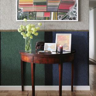 ニューヨークの小さいエクレクティックスタイルのおしゃれな玄関ロビー (マルチカラーの壁、淡色無垢フローリング、壁紙、ペルシャ絨毯、白い天井) の写真