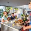 今週のキッチン:モットーは「体によいものをもっとおいしく」。家族と友だちが集まるキッチン
