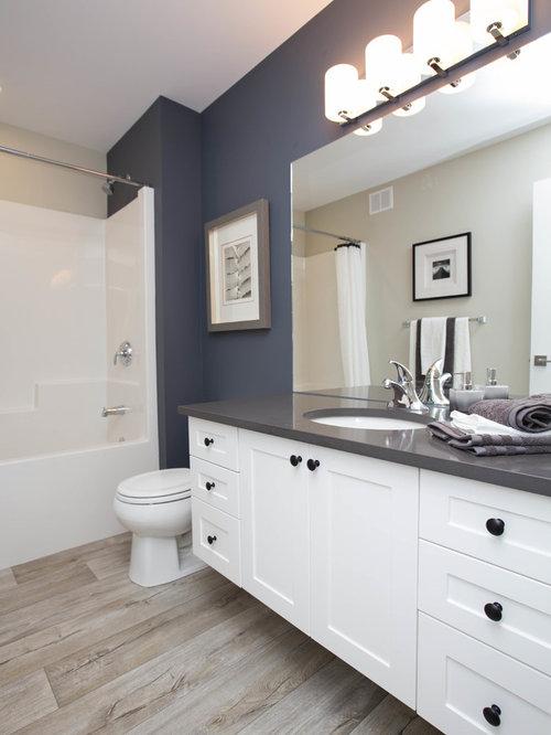 Salle de bain avec un sol en vinyl et un mur multicolore : Photos et ...