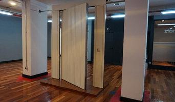 puerta acorazada eje vertical showroom