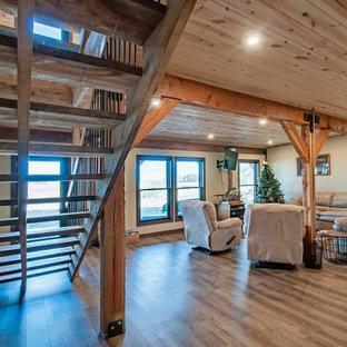 Idée de décoration pour un sous-sol chalet donnant sur l'extérieur et de taille moyenne avec un mur beige, un sol en bois brun, un sol marron et un plafond en lambris de bois.