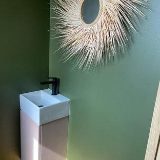 Источник вдохновения для домашнего уюта: маленький туалет в морском стиле с зелеными стенами, светлым паркетным полом и подвесной раковиной