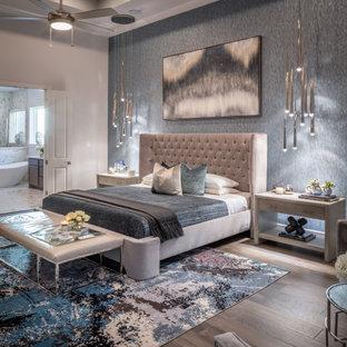 ヒューストンの広いコンテンポラリースタイルのおしゃれな主寝室 (茶色い床、壁紙、グレーの壁、濃色無垢フローリング、折り上げ天井) のレイアウト