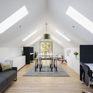 ミネアポリスの広い北欧スタイルのおしゃれなアトリエ・スタジオ (白い壁、淡色無垢フローリング、自立型机、ベージュの床、三角天井) の写真