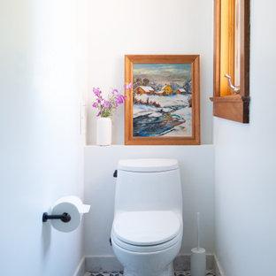 Свежая идея для дизайна: маленький туалет в стиле модернизм с унитазом-моноблоком, полом из мозаичной плитки и белыми стенами - отличное фото интерьера