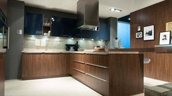 Edle XXL-Küche in Holzoptik mit Halbinsel und ausgefallenem Beleuchtungskonzept