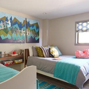 Immagine di una camera da letto moderna di medie dimensioni con pareti grigie, pavimento in legno verniciato e pavimento grigio