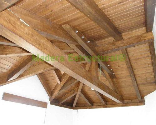Tejado de madera a 3 aguas con un caset n for Tejados de madera