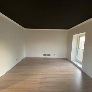 シカゴの中くらいのモダンスタイルのおしゃれなダイニングキッチン (白い壁、無垢フローリング、暖炉なし、レンガの暖炉まわり、茶色い床、板張り壁、折り上げ天井、黒い天井) の写真