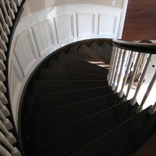 シカゴの大きいタイルのトラディショナルスタイルのおしゃれなサーキュラー階段 (木の蹴込み板、木材の手すり) の写真