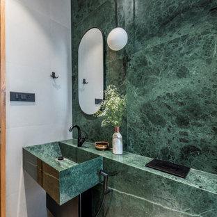 Exempel på ett modernt grön grönt badrum, med grön kakel, stenhäll och ett fristående handfat
