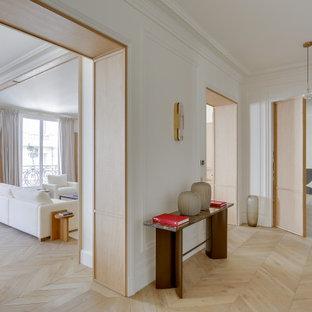 На фото: большой коридор в стиле неоклассика (современная классика) с деревянными стенами