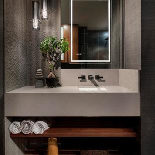 Idéer för ett modernt grå badrum, med grå kakel, grå väggar, mellanmörkt trägolv, ett undermonterad handfat och brunt golv