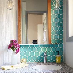 Inspiration för små 50 tals brunt badrum med dusch, med släta luckor, grå skåp, en dusch i en alkov, en toalettstol med hel cisternkåpa, flerfärgad kakel, keramikplattor, grå väggar, klinkergolv i porslin, ett undermonterad handfat, bänkskiva i terrazo, grått golv och dusch med gångjärnsdörr