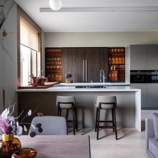 Пример оригинального дизайна: большая п-образная кухня в современном стиле с обеденным столом, одинарной раковиной, плоскими фасадами, темными деревянными фасадами, столешницей из кварцевого агломерата, коричневым фартуком, фартуком из дерева, техникой из нержавеющей стали, паркетным полом среднего тона, островом, бежевым полом и бежевой столешницей