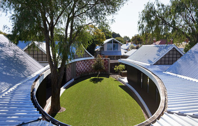 Houzz Tour: An Oval Courtyard for a House Too Hip to Be Square