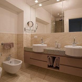 Идея дизайна: ванная комната среднего размера в классическом стиле с плоскими фасадами, фиолетовыми фасадами, угловым душем, раздельным унитазом, бежевой плиткой, плиткой из травертина, бежевыми стенами, полом из травертина, душевой кабиной, настольной раковиной, столешницей из плитки, бежевым полом, душем с распашными дверями и фиолетовой столешницей