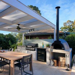 Immagine di un patio o portico contemporaneo di medie dimensioni e dietro casa con pavimentazioni in pietra naturale