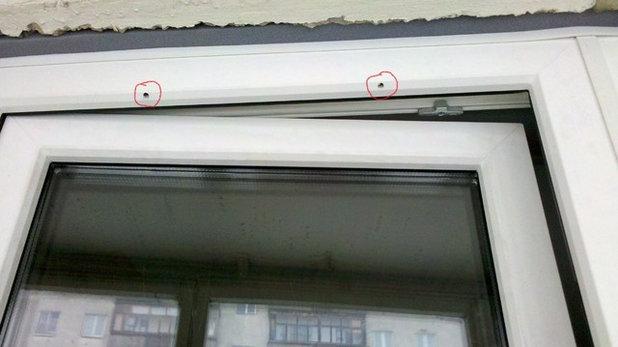 """Вопрос: Зачем нужны """"дырки"""" в пластиковых окнах"""