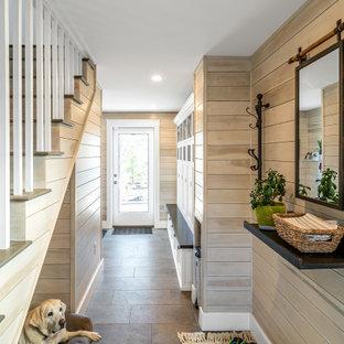Inspiration för maritima kapprum, med beige väggar, en enkeldörr, glasdörr och grått golv