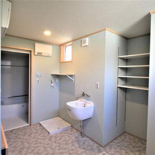 Esempio di una lavanderia multiuso scandinava con lavatoio, top in legno, pareti verdi, pavimento in linoleum, pavimento grigio, top marrone, soffitto in carta da parati e carta da parati