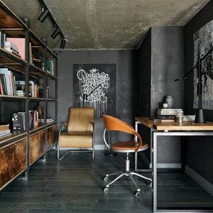 モスクワの中くらいのインダストリアルスタイルのおしゃれなホームオフィス・書斎 (ライブラリー、黒い壁、無垢フローリング、暖炉なし、自立型机、青い床) の写真