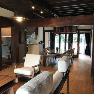 他の地域の和風のおしゃれなダイニング (白い壁、無垢フローリング、ベージュの床、表し梁、黒い天井) の写真