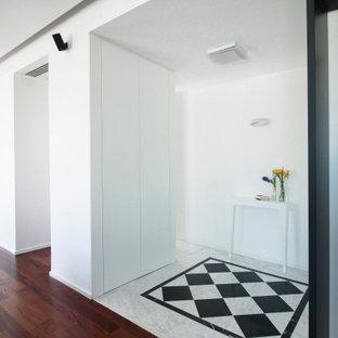 Imagen de distribuidor actual, de tamaño medio, con paredes blancas y suelo turquesa