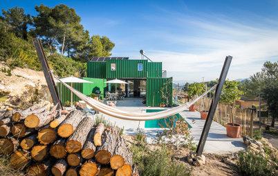 Ein Haus aus Schiffscontainern fügt sich in die Landschaft ein