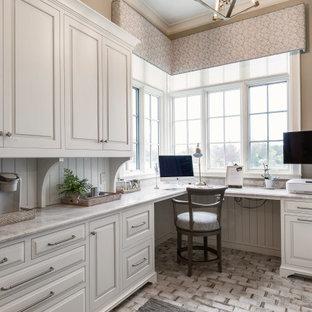 グランドラピッズのシャビーシック調のおしゃれなホームオフィス・書斎 (ベージュの壁、セラミックタイルの床、造り付け机、白い床、塗装板張りの壁、ベージュの天井) の写真