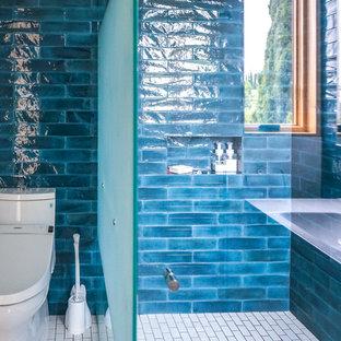 ロサンゼルスの中くらいのトランジショナルスタイルのおしゃれなバスルーム (浴槽なし) (インセット扉のキャビネット、白いキャビネット、コーナー設置型シャワー、青いタイル、セラミックタイル、青い壁、白い床、開き戸のシャワー、磁器タイルの床、一体型シンク、分離型トイレ、白い洗面カウンター) の写真