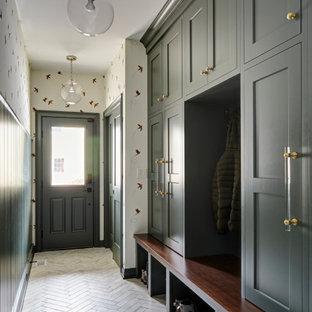 Idéer för ett stort klassiskt kapprum, med gröna väggar, klinkergolv i porslin och vitt golv
