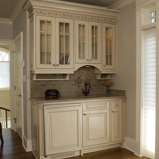 ウィルミントンの小さいトラディショナルスタイルのおしゃれなウェット バー (ll型、アンダーカウンターシンク、レイズドパネル扉のキャビネット、ベージュのキャビネット、御影石カウンター、グレーのキッチンパネル、御影石のキッチンパネル、グレーのキッチンカウンター) の写真