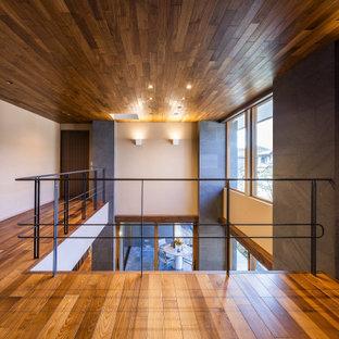 Foto de despacho machihembrado, extra grande, con paredes blancas, suelo de madera oscura y suelo marrón