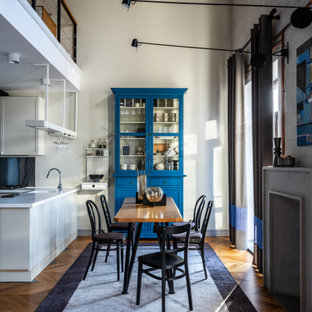 Источник вдохновения для домашнего уюта: гостиная-столовая в современном стиле с белыми стенами, паркетным полом среднего тона, коричневым полом и потолком из вагонки