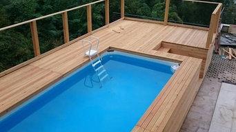 Piscina esterna rivestita in legno