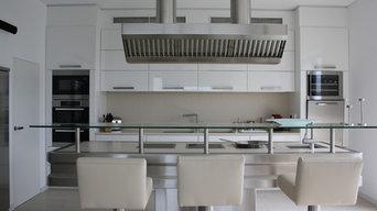 Küche in Hochglanz weiß mit Edelstahl-Kochblock und Arbeitsplatte in Silestone