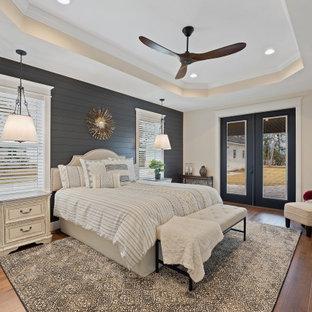 Imagen de dormitorio principal y machihembrado, de estilo de casa de campo, grande, machihembrado, con paredes beige, suelo de madera en tonos medios, suelo marrón y machihembrado